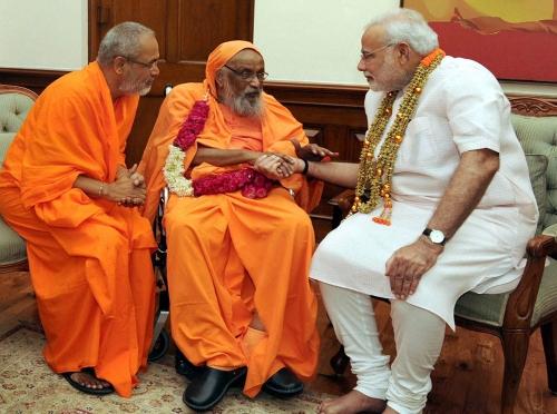 Swami_Dayananda_Saraswati_with-modi